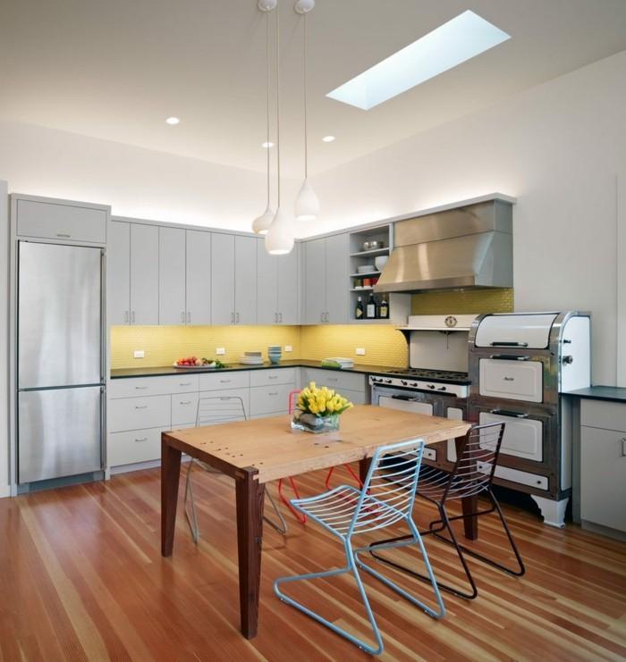wohnküche mit rustikalem esstisch und modernen stühlen