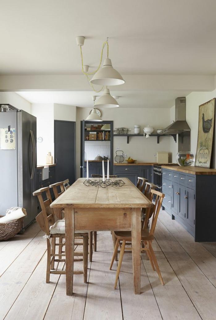 wohnküche mit rustikalem esstisch und schönem holzboden
