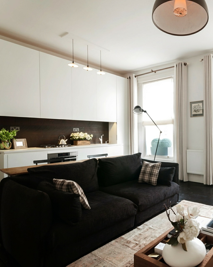 wohnküche weiße küchenschränke und schwarzes wohnzimmersofa