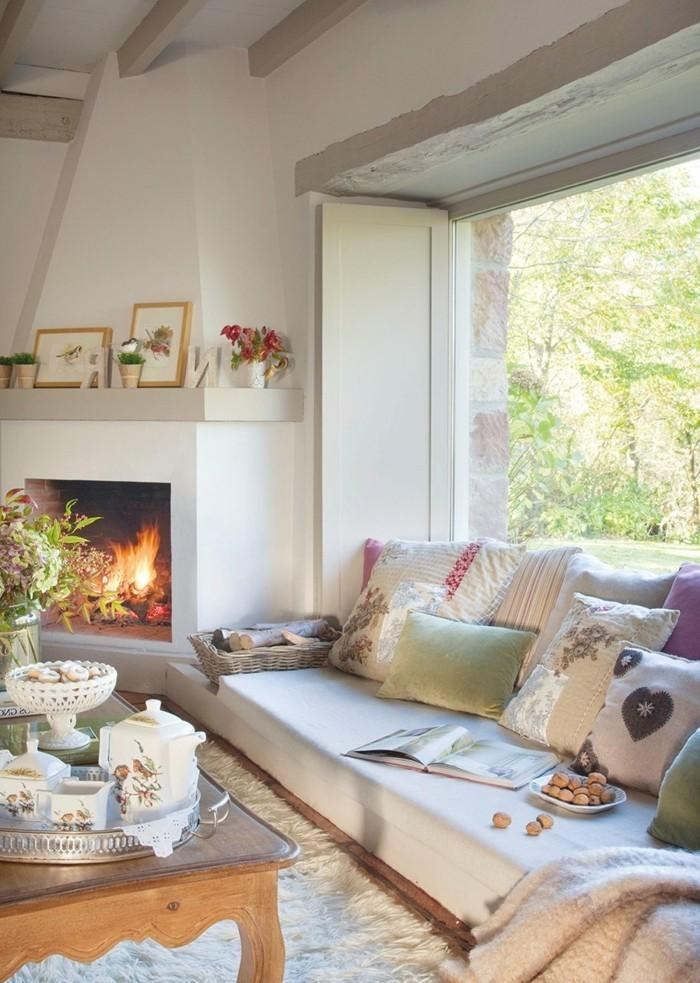 wohnzimmer gestalten den kaminsims dekorieren und für viele dekokissen auf den sofa sorgen