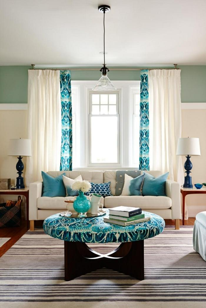 dekoideen frisches wohnzimmer mit streifenteppich und luftigen gardinen