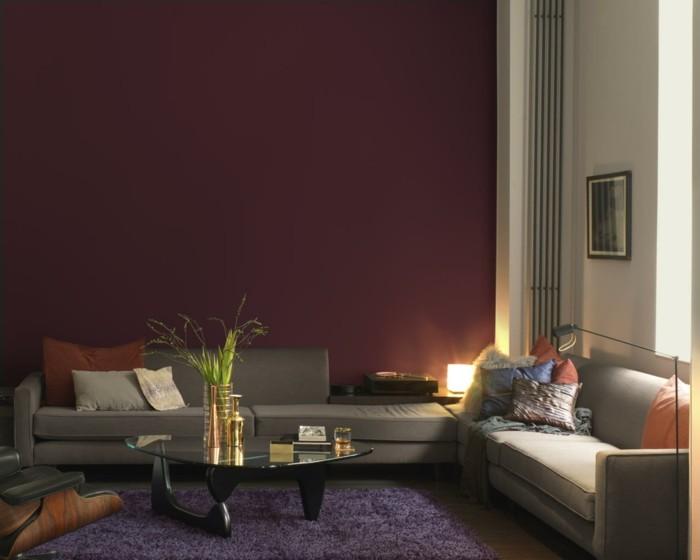 wohnzimmer gestalten dramatische wände und dunkler teppich
