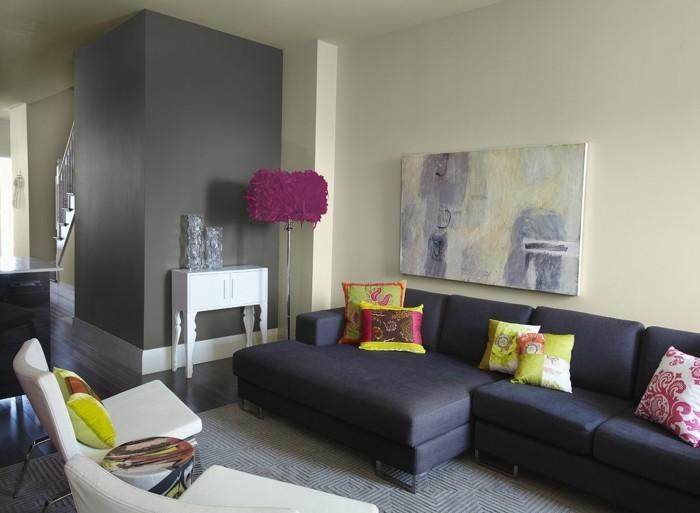 wohnzimmer gestalten dunkelgraues sofa mit krassen dekokissen