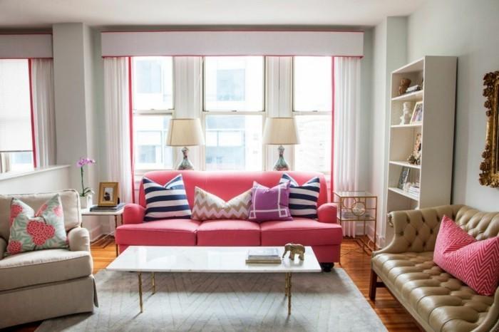 wohnzimmer gestalten farbige dekokissen und bequeme möbelstücke