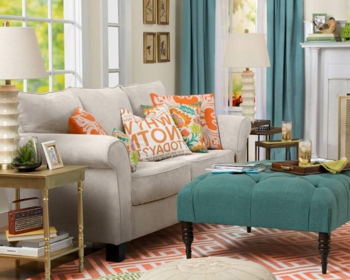 wohnzimmer gestalten farbige möbel und dekokissen