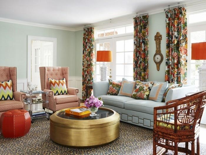 wohnzimmer gestalten farbige muster und ausgefallener runder couchtisch