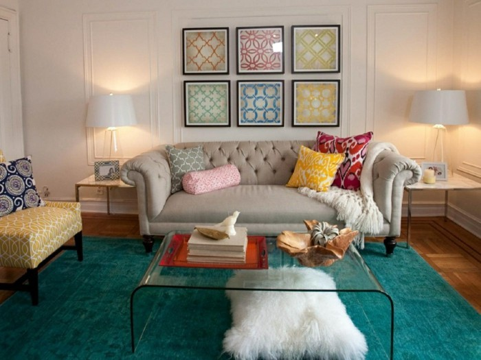 wohnzimmer gestalten grauer teppich und beiges sofa durch die wandbilder erfrischen