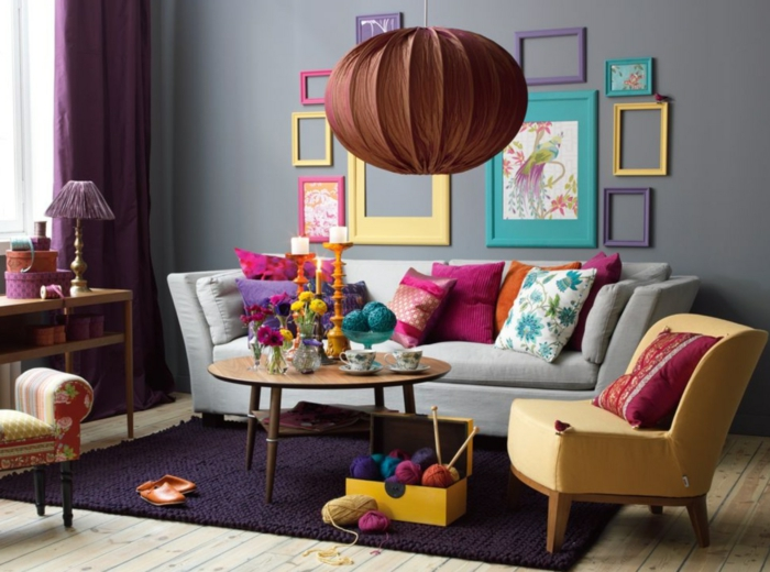 wohnzimmer gestalten lila teppich und farbige fotorahmen an der wand