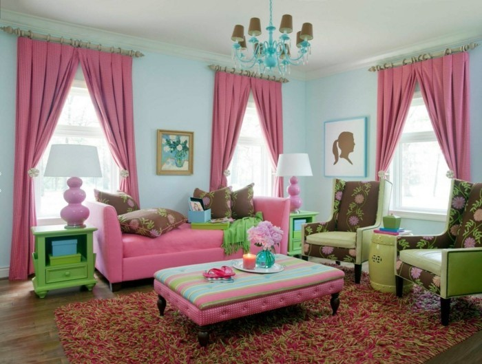 wohnzimmer gestalten rosa gardinen und ausgefallener teppich