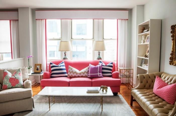 wohnzimmer gestalten rosa sofa heller teppich und frische akzente