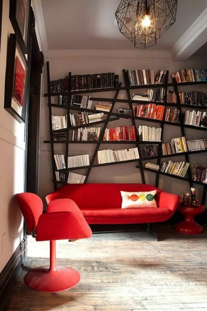 wohnzimmer gestalten rote möbelstücke und ausgefallene bibliothek