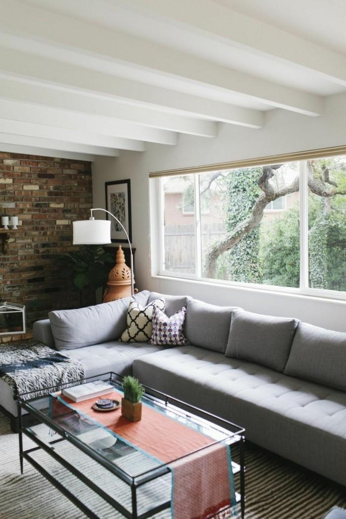 wohnzimmer gestalten schöne akzentwand und hellgraues sofa
