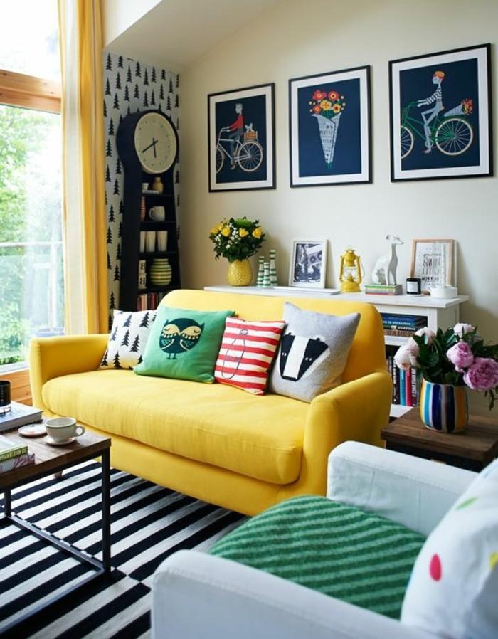 wohnzimmer gestalten wohnideen mit streifenteppich und gelbem sofa