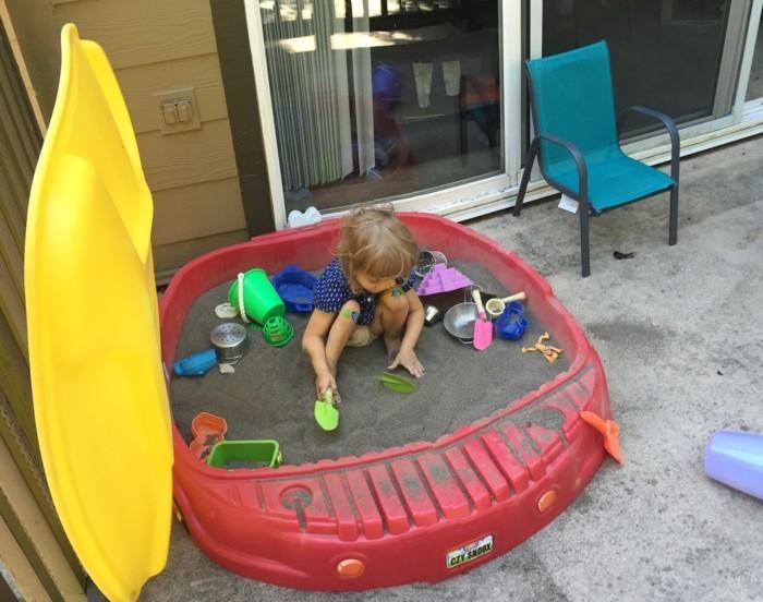 Sandkasten selber bauen spielplattform kombiniert auto plastik