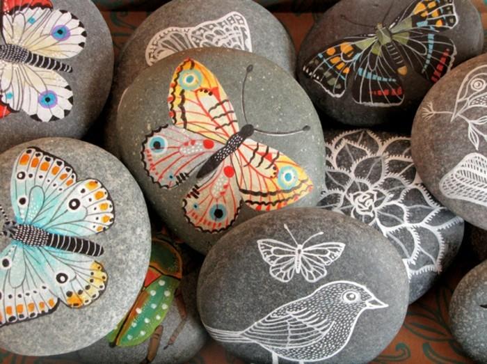 bunte schmetterlinge auf steine malen