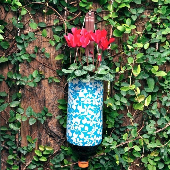 deko selber machen im garten plastikflaschen in pflanzenbehälter verwandeln