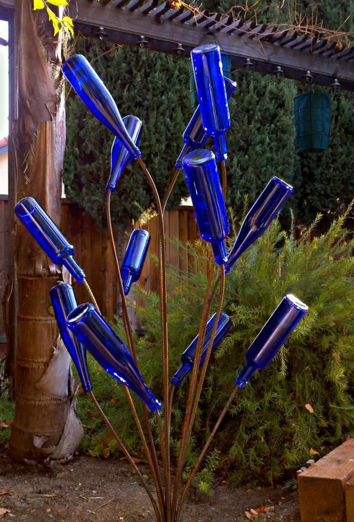 Diy Ideen Für Den Modernen Garten Schöne Gartenskulptur Aus Flaschen Machen  24 DIY Ideen Für Geschickte Gartengestaltung U2013 Bringen Sie Etwas Glitzer In  ...