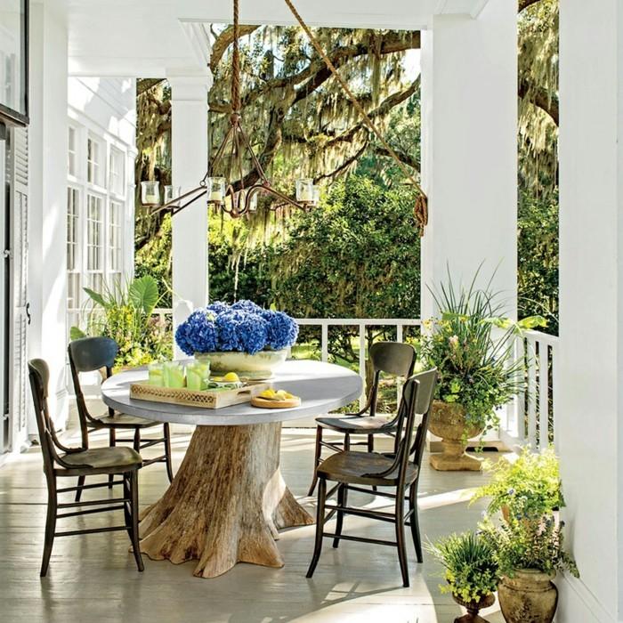 einrichtungsideen für den außenbereich mit ausgefallenem rundem tisch und pflanzen