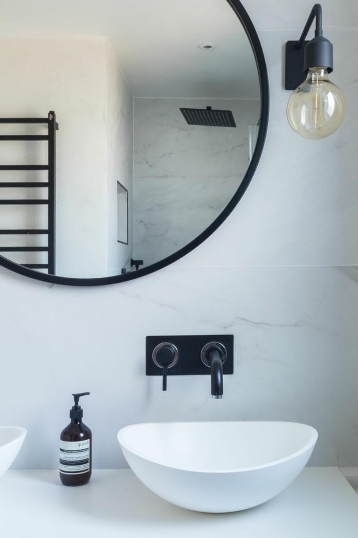 einrichtungsideen-tendenzen-für-den-kommenden-herbst-schwarze-accessoires-im-badezimmer