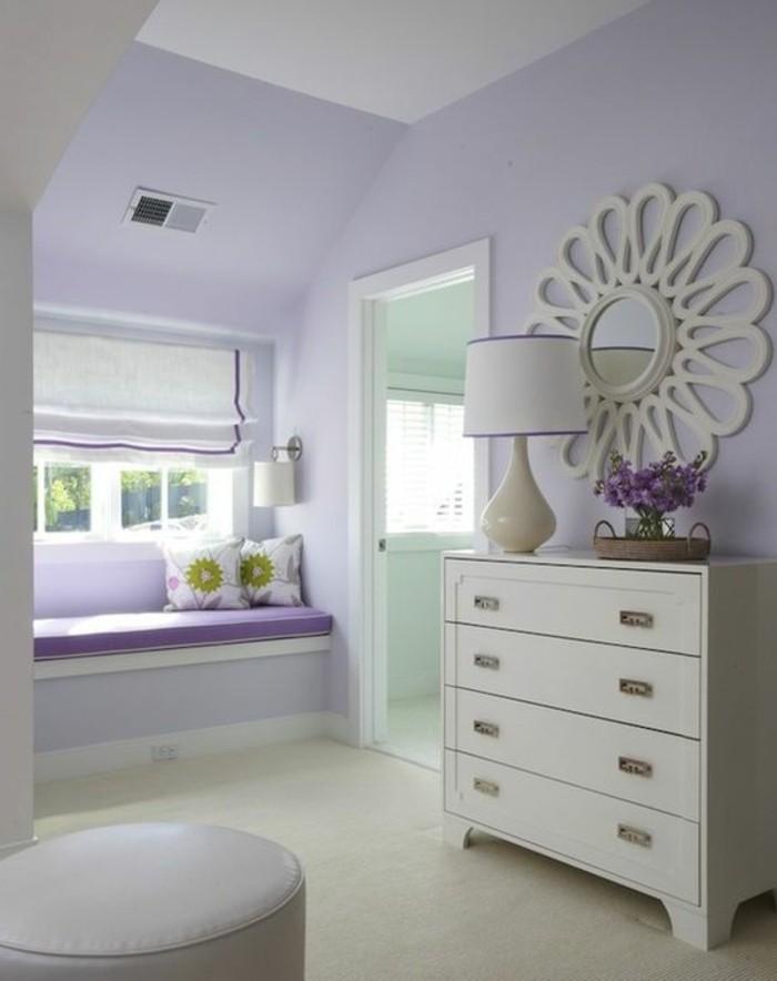 farben im innendesign hellviolett für die wände und weiße möbel