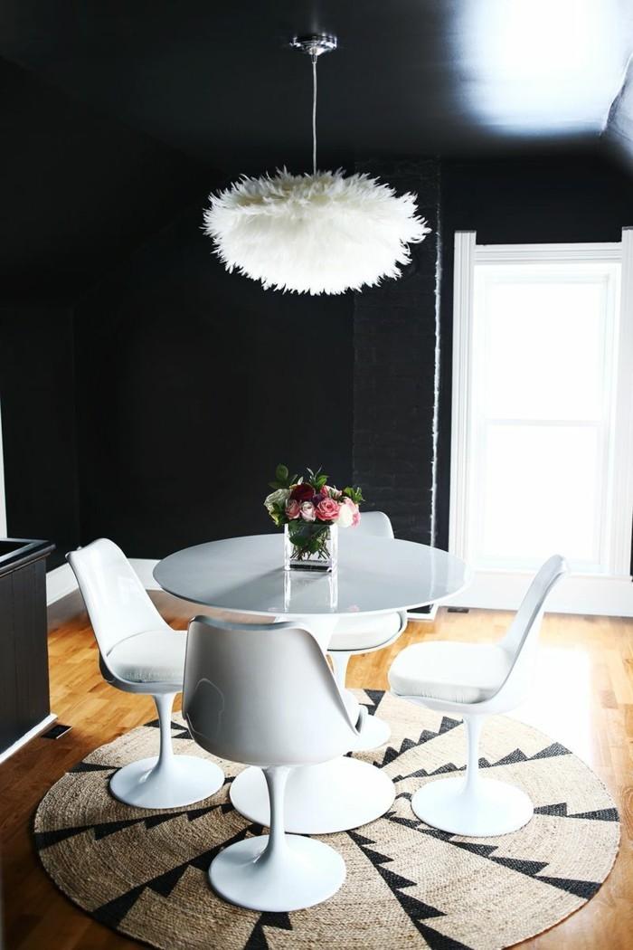 farben schwarze wände und weiße möbelstücke im essbereich