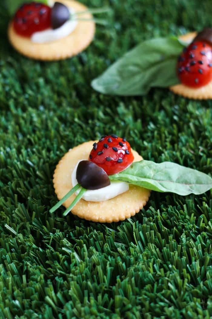 fingerfood snack ideen kindesgeburtstag marienkäfer aus tomaten und oliven