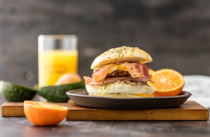 frühstück-toast-brötchen-geröstet-bekon-orange