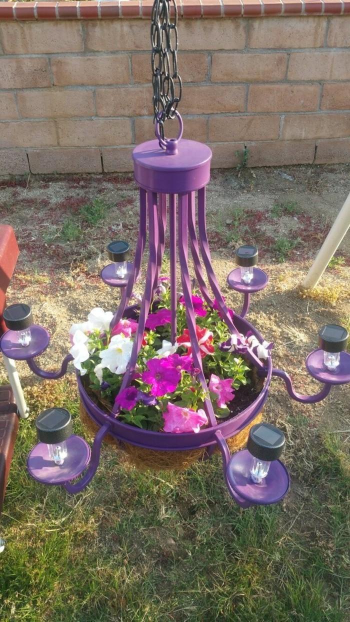 gartendeko selbstgemacht lila leuchter als pflanzenbehälter