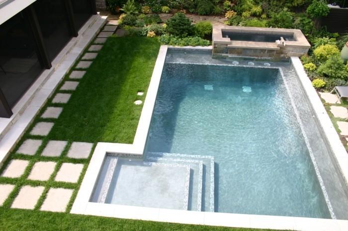 gartenpool mit modernem design und viel grün