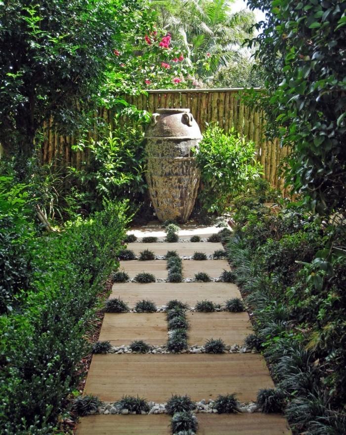 gartenweg der zum gartenbrunnen führt und eine dekorative funktion erfüllt