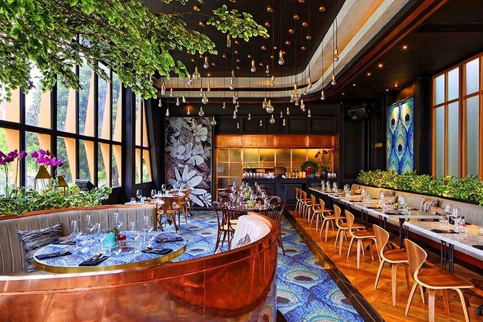 gastronomie-einrichtung-gemütliche-atmosphäre-grüne-pflanzen-holzmöbel