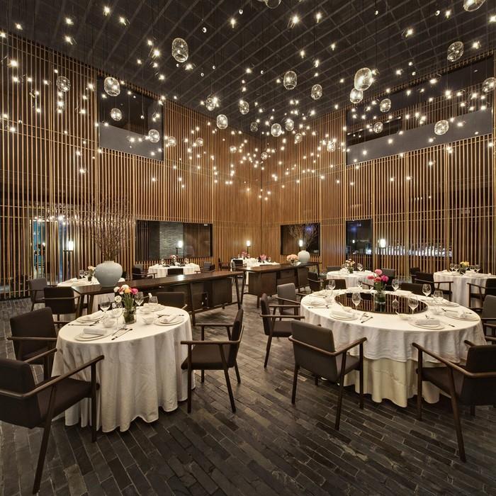 gastronomie-einrichtung-restaurant-möbel-stilvoll-gläser-lampen-weiße-decken-holzstühle