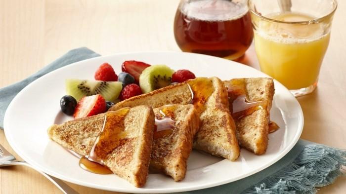 gesundes frühstück mit toast und früchten