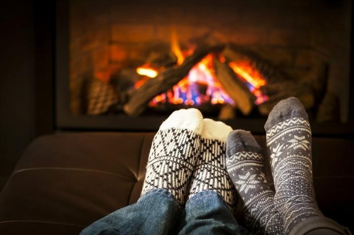 hygge gemütlich im winter zu hause sitzen