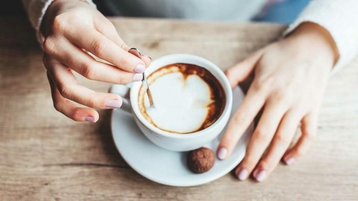 hygge lifestyle kaffee trinken und gemütlichkeit genießen