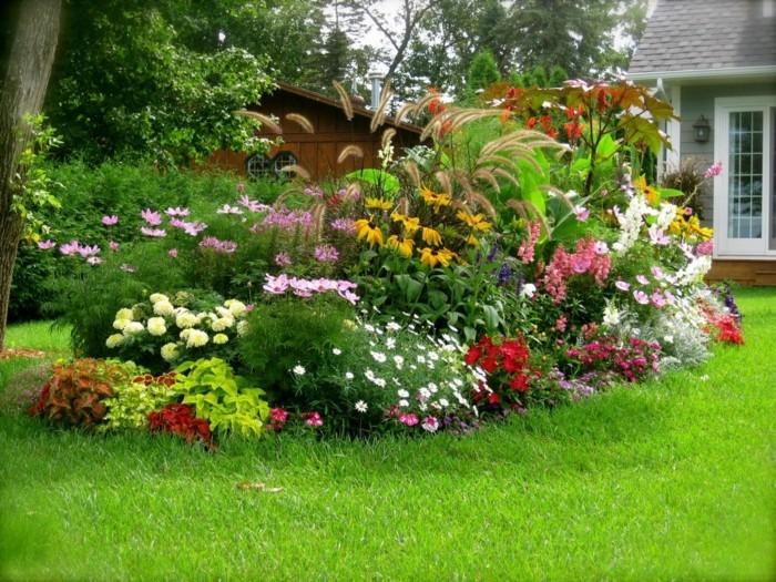 in der mitte naturgarten mit vielen farben