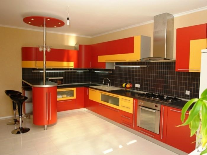 küche l-form farbige küchenschränke und schwarze wandfliesen
