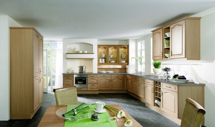 küche l-form helle küchenschränke und grauer bodenbelag