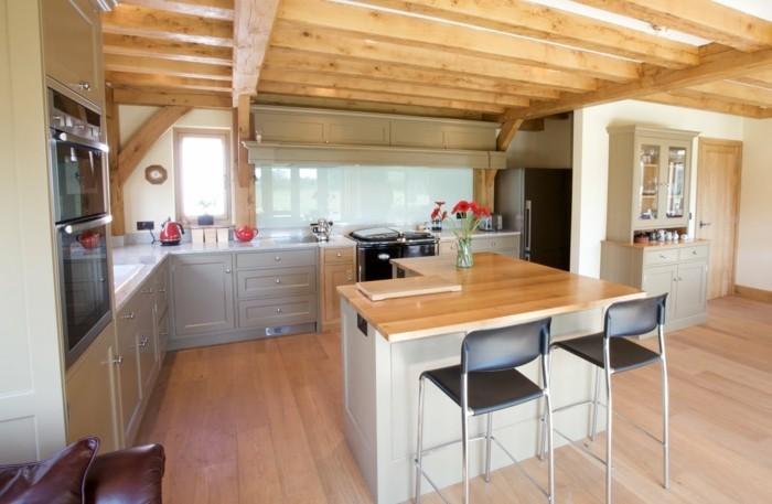 küche l-form mit holzboden und rustikaler zimmerdecke