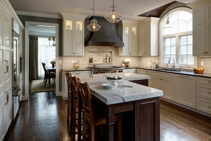 küche l-form mit kleinen wandfliesen und kücheninsel