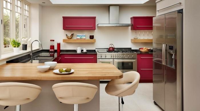 küche l-form mit roten akzenten und beigen barhockern