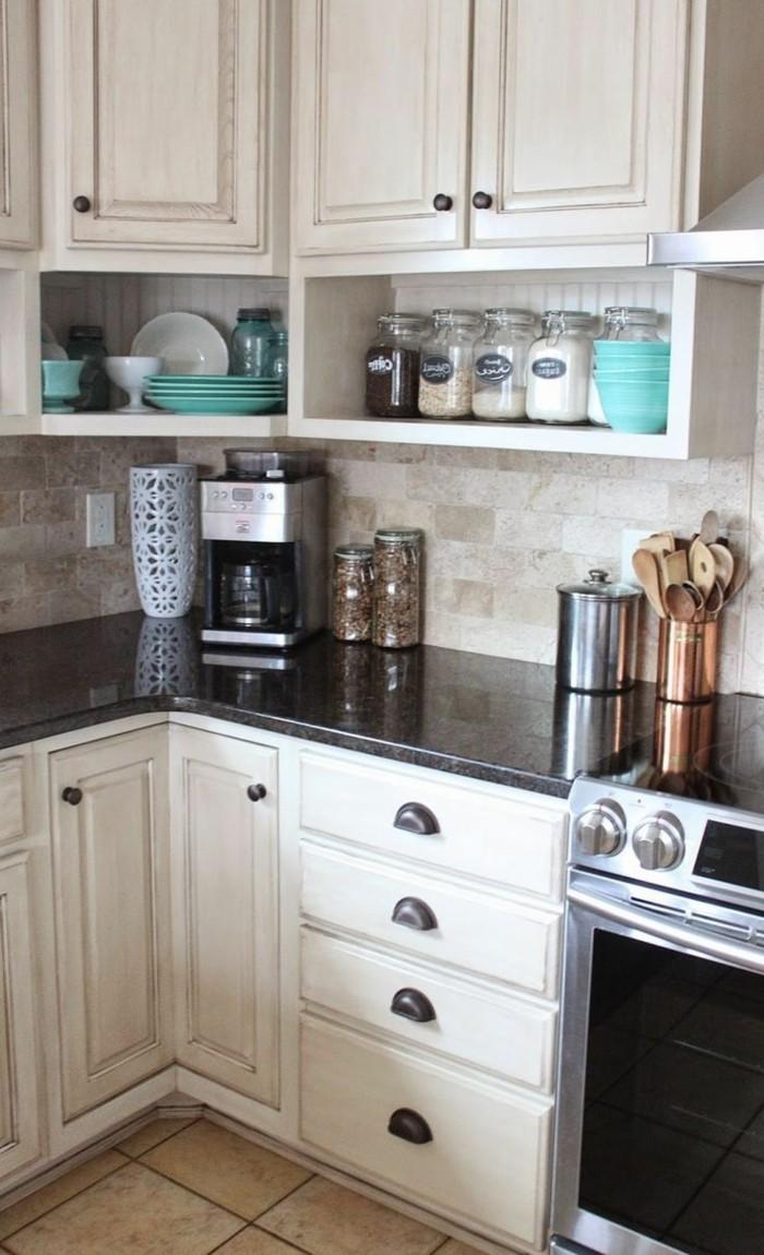 küche l-form weiße küchenschränke und schwarze arbeitsoberflächen
