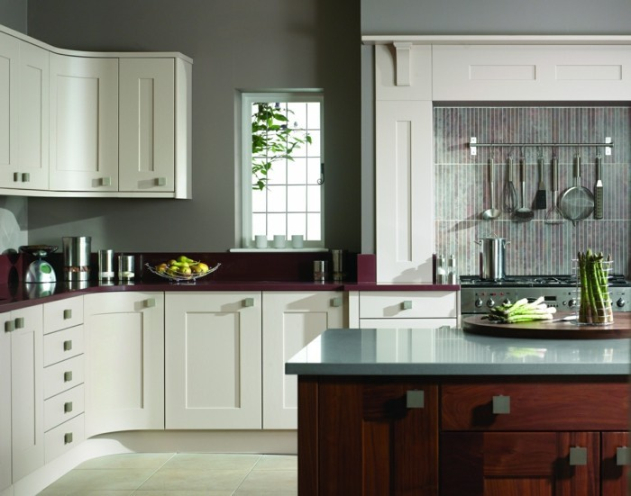 küchenfarben graue wandfarbe und dunkellila akzente
