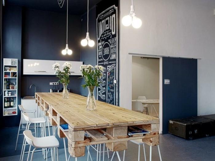 küchenfarben navyblaue küchenwände und hölzerner tisch