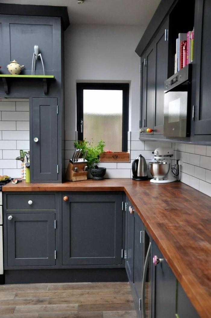 küchenfarben schwarze küchenschränke und hölzerne arbeitsoberfläche