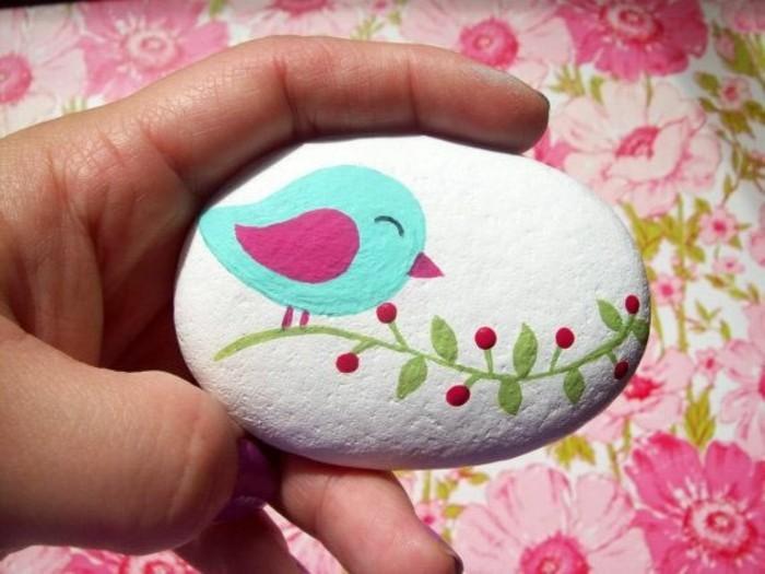 kleinen vogel auf flussstein malen