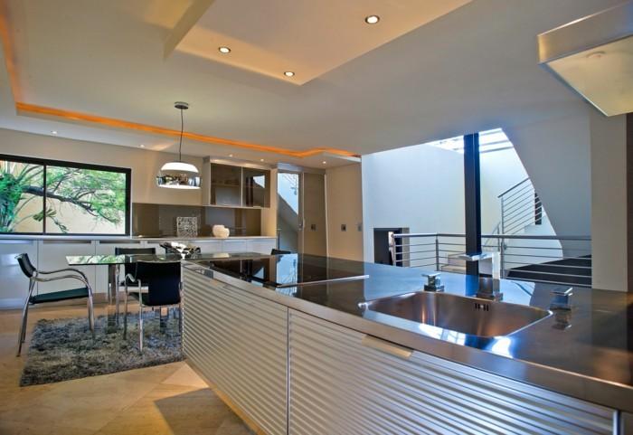 luxus küche mit orangem licht