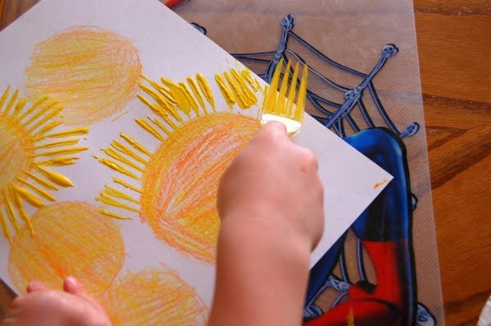 malen mit kleinkindern gabel farbe bastelidee sonne