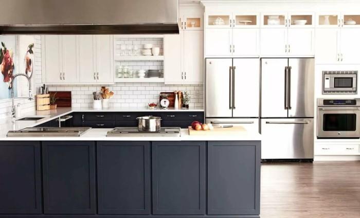 moderne küchen graue kücheninsel offene wandregale und weiße metro fliesen
