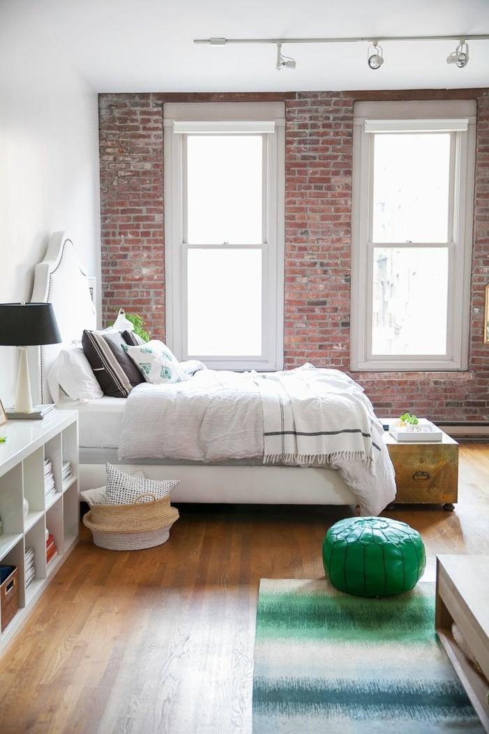 monderes schlafzimmr wand mit fenstern